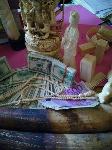 Selon l'enquête qui a précédé l'opération, cette déesse indoue a une valeur de 55 000 US dollars. 33 000 dollars en liquide ont été confisqués.